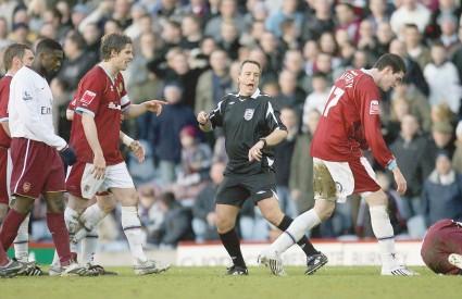 ARSENALU je posao olakšao sudac utakmice koji je malo prestrogo isključio Laffertyja