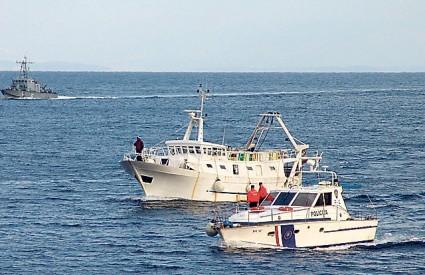 Talijanski ribari privedeni su prekršajnom sucu koji ih je novčano kaznio i oduzeo im mreže