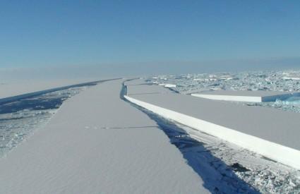Veliki komadi leda koji su se počeli odvajati od antarktičke ledene kore, jasna su i zabrinjavajuća posljedica globalnog zatopljenja