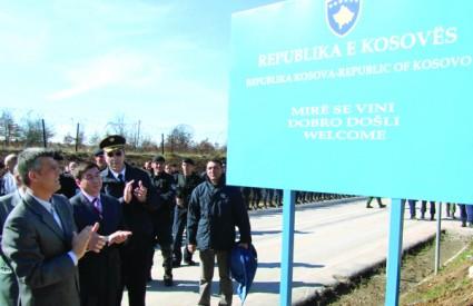 Dok se Srbija sprema za izbore, kosovski premijer Thaçi otkrio je ploču s imenom Republike Kosovo na granici sa Srbijom
