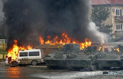 Pripadnici UNMIK-a, koje su prosvjednici napali bombama, povukli su se iz sjeverne Mitrovice