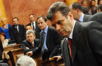 Šešeljevi radikali svojom su rezolucijom rasplamsali sukob u vladajućoj koaliciji, a Srbiju približili prijevremenim izborima