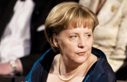 Angela radi ispod stola?