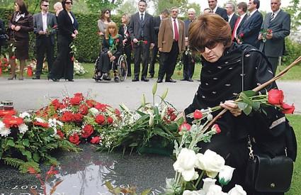 Dijana Pleština, prijatelji i stranačke kolege položili su cvijeće na grob prvog predsjednika SDP-a na Mirogoju
