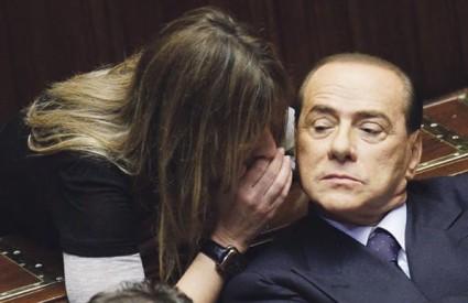 Na glasovanju u Zastupničkom domu o povjerenju njegovoj vladi Berlusconi se došaptavao s Alessandrom Mussolini