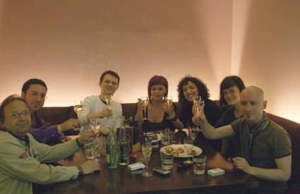 Nasmijana lica članova Pavela i njihovih novih prijateljica dovoljno govore o atmosferi koja je vladala te subotnje večeri