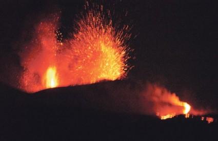 Četiri uzorka vulkanskog pepela ponuđena su za prodaju na nekoliko web stranica, a zainteresiranih ima mnogo