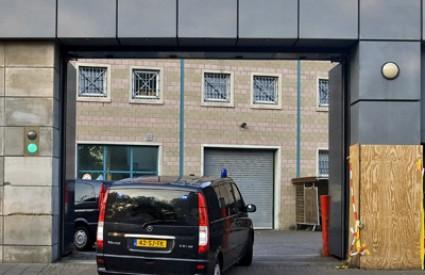 Kombi za koji se vjeruje da prevozi Karadžića ulazi u zatvor u Scheveningenu