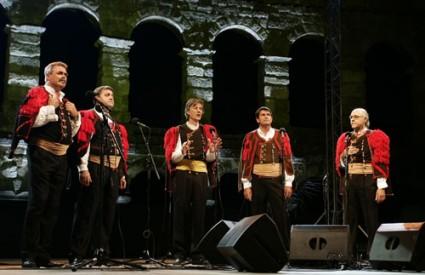 Klapama su se pridružile mnoge druge estradne zvijezde koje su s njima otpjevale zajedničke pjesme.