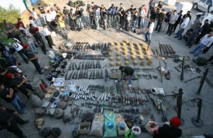 Pripadnici Hamasa pokazuju novinarima oružje navodno oduzeto klanu Helis u Gazi