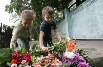Rusi pred kućom preminulog pisca ostavljaju cvijeće i poruke sućuti