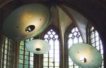 Mjesto na kojem se nekoć nalazio oltar gotičke crkve, arhitekti Kruiseren hotela pretvorili su u ugodan, intimistički kafić kojeg osvjetljavaju asketski oslikani vitraji, ali i divovski tanjuri