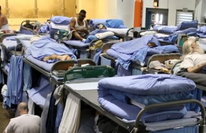 Zatvorenici Mule Creek državnog zatvora u Kaliforniji spavaju u lokalnoj gimnastičkoj dvorani.