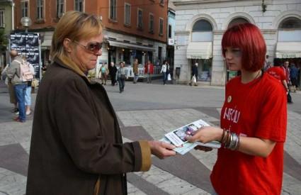 Volonterke našminkane kao da su pretučene dijelile su letke na pulskoj tržnici