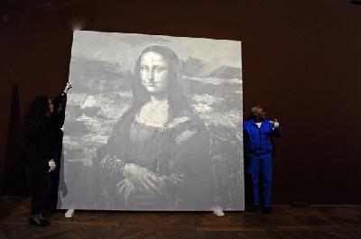 Radnici postavljaju sivu Mona Lisu u muzej (foto: Corbis)