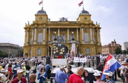 Šesti veliki prosvjed pred Kazalištem