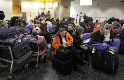 Putnici u Zračnoj luci Gatwick čekaju da se vrijeme poboljša