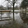 Otopljeni snijeg stvorio jezero ispred zagrebačke škole