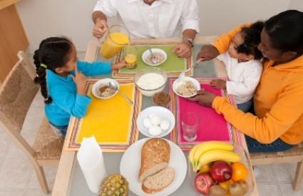 Zašto trebamo jesti sjedeći?
