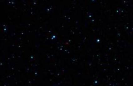 Jedva vidljiva crvena točkica (u središtu fotografije) predstavlja prvi WISE-om otkriven asteroid koji je blizu Zemlje