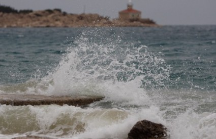 Olujno jugo diže valove i do sedam metara