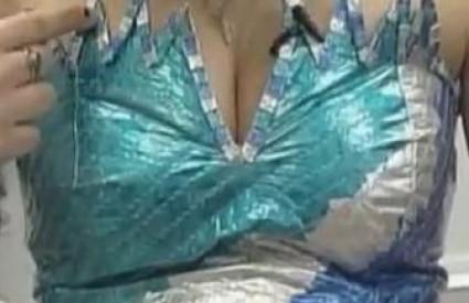 Kako plavuša želi isprobati haljinu?