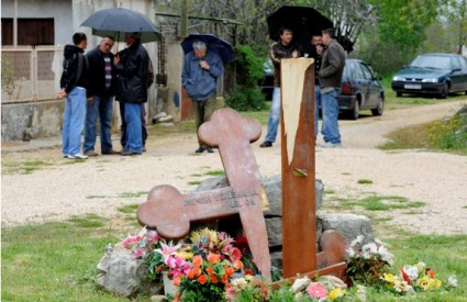 Uništeni spomenik u Varivodama