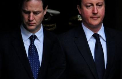 Konzervativni David Cameron (D) i liberalni Nick Clegg vrše