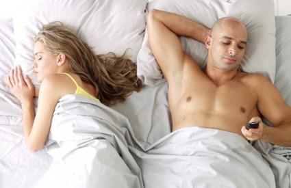 Mujo i mobitel u krevetu