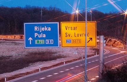 ipsilon dvojezična prometna signalizacija