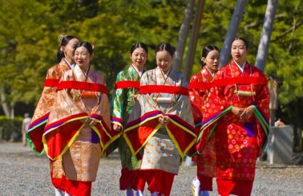 Japanske žene u tradicionalnoj odjeći