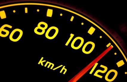 Amerikanac vozio 160 kilometara na sat sa ženom na haubi