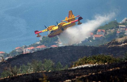 Četiri kanadera i helikopter pomažu vatrogascima