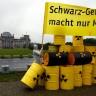Aktivisti odložili 150 lažnih bačava radioaktivnog otpada pred parlamentom