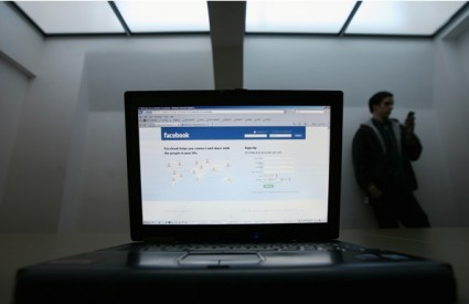 Ovisnici o Facebooku najlakše gube prijatelje upravo na Facebooku
