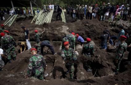 Vojnici pripremaju ukop za mrtve
