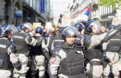 Velike policijske snage štitile su povorku