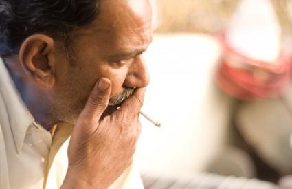Sad se puši vani ili u posebnom prostoru, pa se ne može i raditi pritom :)