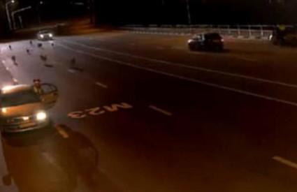 Policajac uskočio u vozilo stranca kako bi se sklonio od vukova
