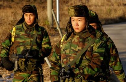 Južnokorejski vojnici patroliraju na otoku Yeonpyeong