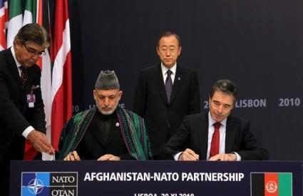 Rasmussen i Karzai na NATO summitu