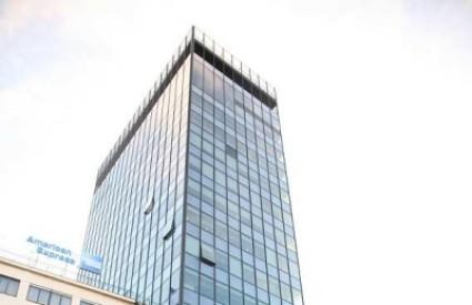 Zbog jakog vjetra padale staklene ploče s nebodera na Trgu