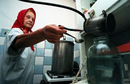 Rusi po tradiciji sami spravljaju razne vrste alkoholnih pića, od kojih su mnoge ilegalne