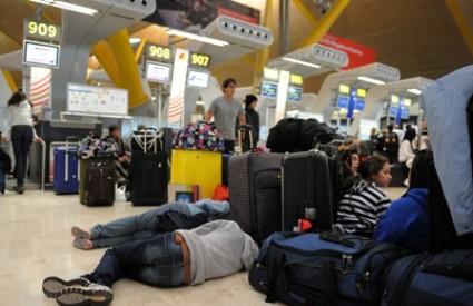 Putnici su čekanje kratili spavanjem