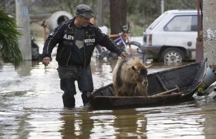 Desna obala Neretve pod vodom, u Kominu poplavljeno 160 zgrada