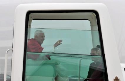 Papa Benedikt XVI. u papamobilu