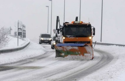 Snijeg i mokri kolnici otežavaju promet