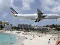 Slijetanje aviona tik iznad glava turista