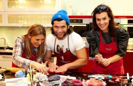Ana Marcelić, Mario Petreković i Artemija Stanić rade tortu