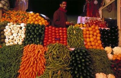 naki ljudi biraju hranu po boji